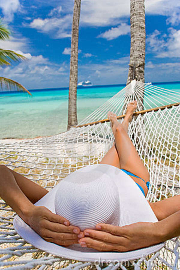Девушки отдыхают на берегу